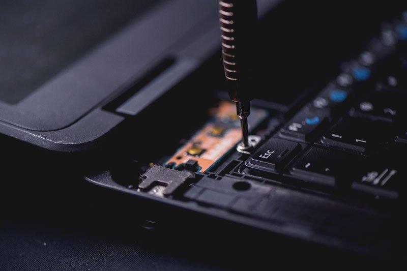 computer-repair-screw-driver